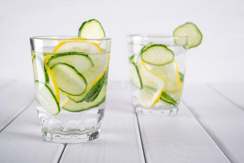 Cocktail de refrescamento do pepino, limonada, água da desintoxicação em uns vidros Bebida do verão fotografia de stock royalty free
