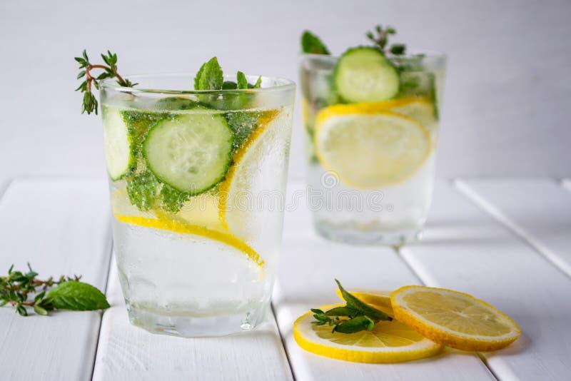 Cocktail de refrescamento do pepino, limonada, água da desintoxicação em uns vidros em um fundo branco imagens de stock royalty free
