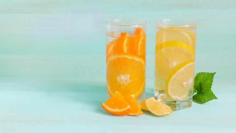 Cocktail de refrescamento do verão do fruto maduro imagem de stock