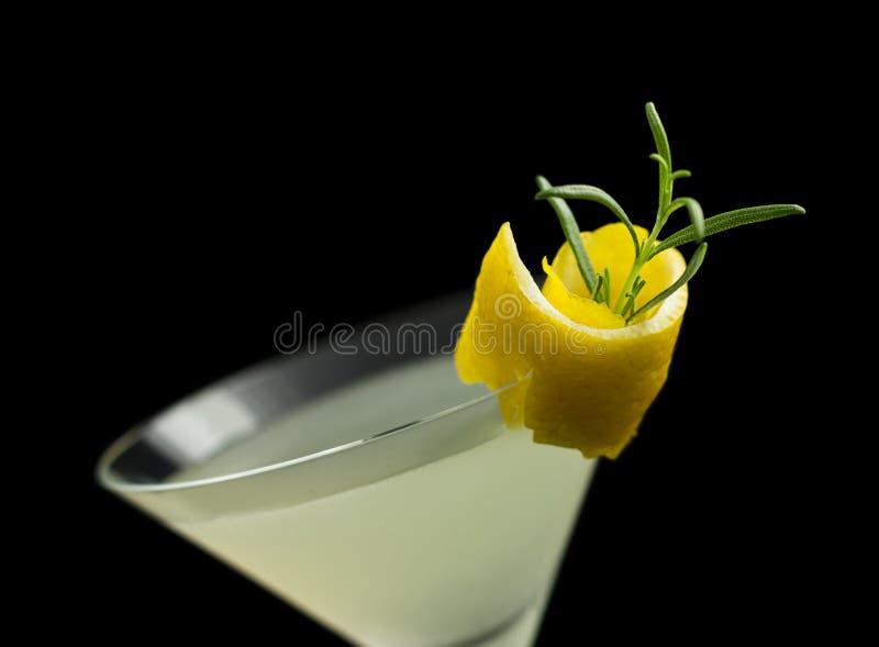 Cocktail de Rosemary Lemontini d'isolement sur le noir photo stock