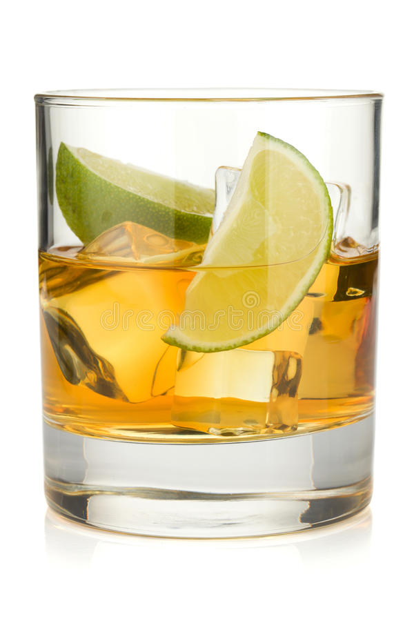 Cocktail de whiskey avec la limette photos libres de droits