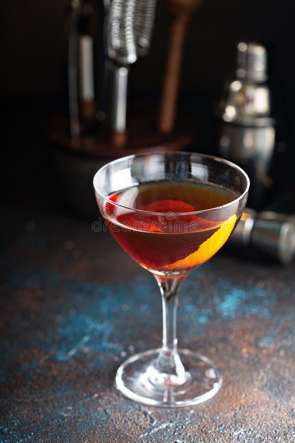 Cocktail de whiskey de chute avec l'entrain orange images stock