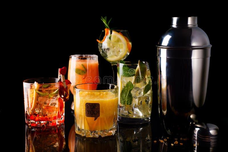 cocktail de Whiskey-kola, mojito-cocktail, cocktail orange, cocktail de fraise en verres en verre avec des pailles images libres de droits
