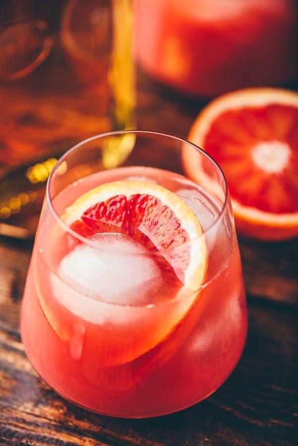 Cocktail de whisky acide avec jus d'orange sanguin image stock