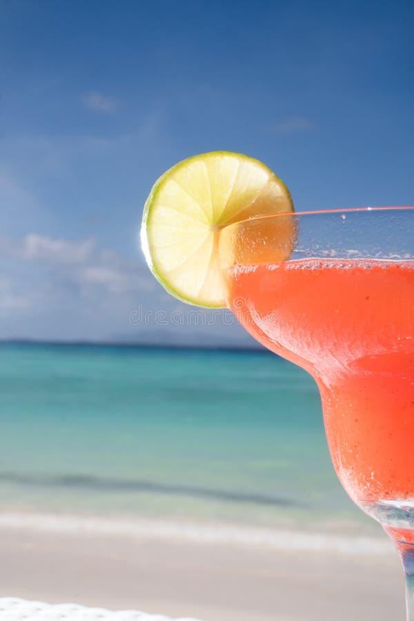 Cocktail dei daiquiri di fragola al ristorante della spiaggia fotografie stock libere da diritti
