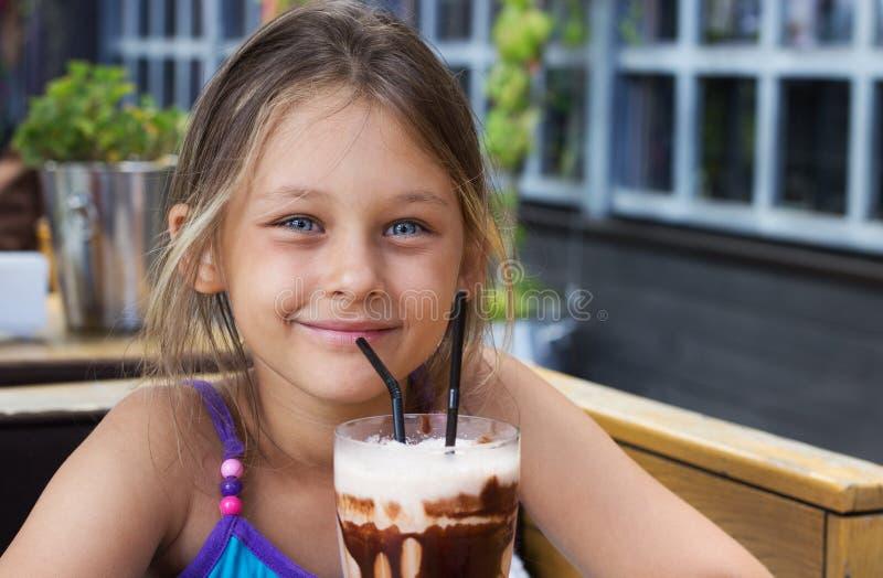 Cocktail del cioccolato e della ragazza fotografia stock
