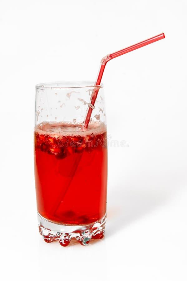 Cocktail del dispositivo di raffreddamento della bacca con cannuccia su fondo bianco immagini stock