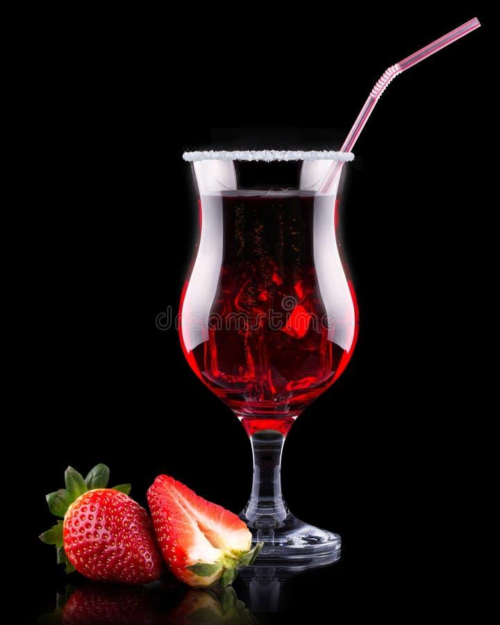 Cocktail del dispositivo di raffreddamento della bacca sul nero immagini stock libere da diritti