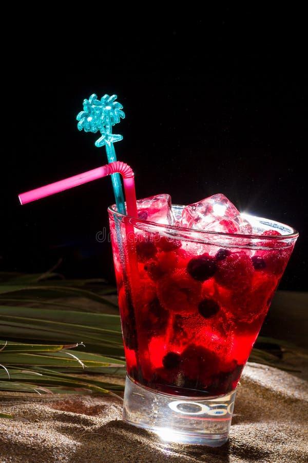 Cocktail del lampone sulla sabbia fotografie stock