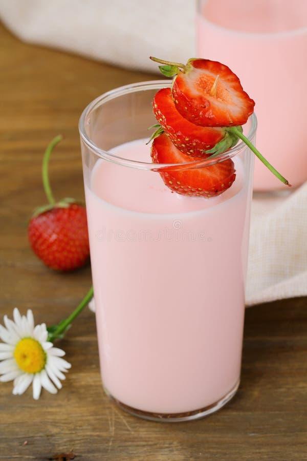 Cocktail del latte dello smoothie della fragola fotografia stock libera da diritti