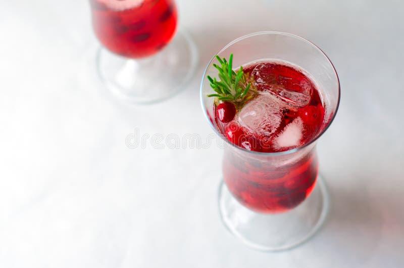 Cocktail del mirtillo rosso con ghiaccio e Rosemary On White Background fotografie stock libere da diritti