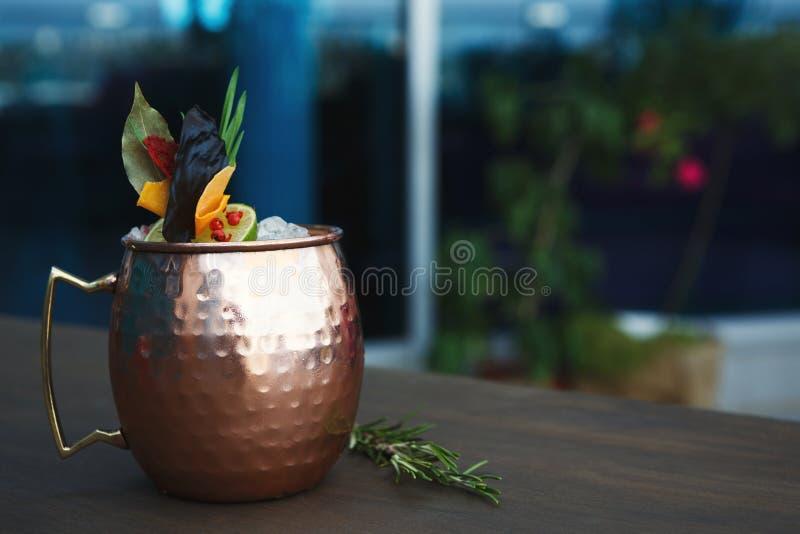 Cocktail del mulo di Mosca servito sulla tavola del ristorante fotografie stock