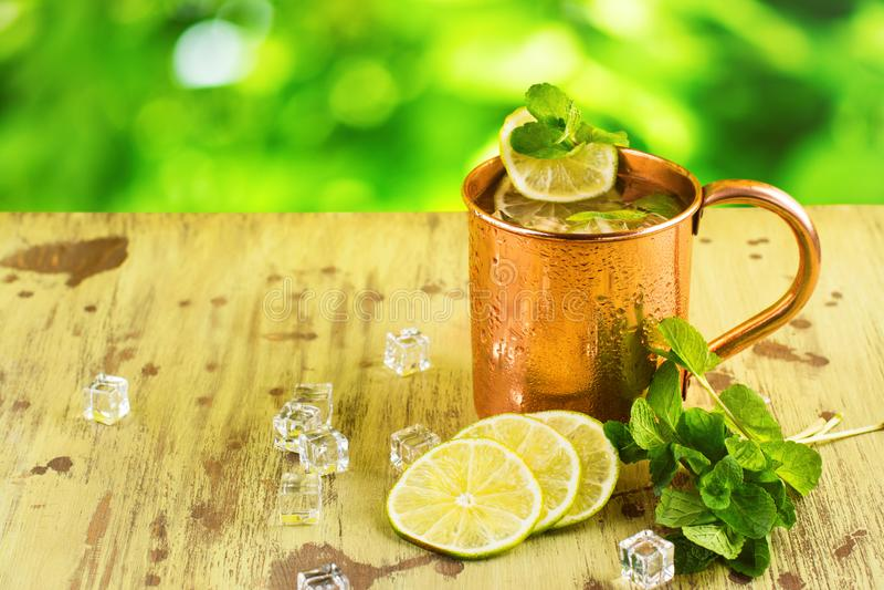 Cocktail del mulo di Mosca in tazza di rame fotografie stock