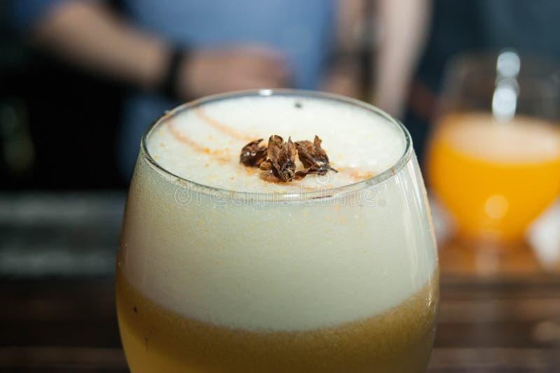 Cocktail delicado em um vidro fotografia de stock