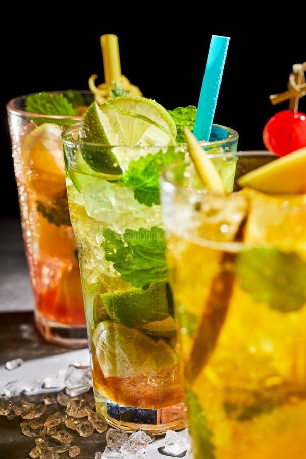 Cocktail delicioso do julepo de hortelã fresca com cal fotografia de stock
