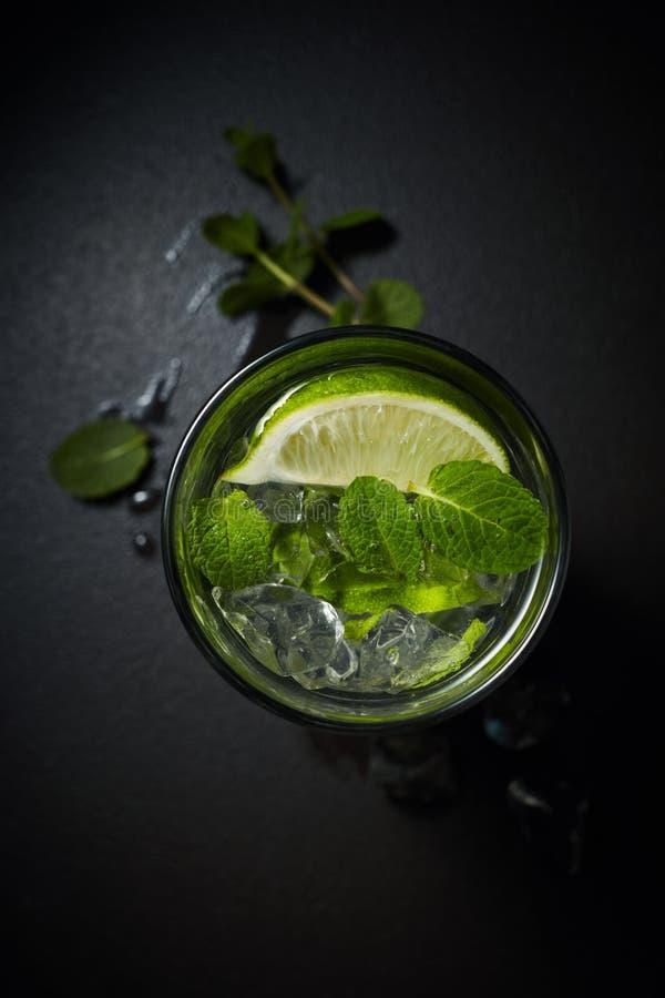 Cocktail dell'agrume o della limonata con il colpo sopraelevato della menta e del ghiaccio fotografia stock