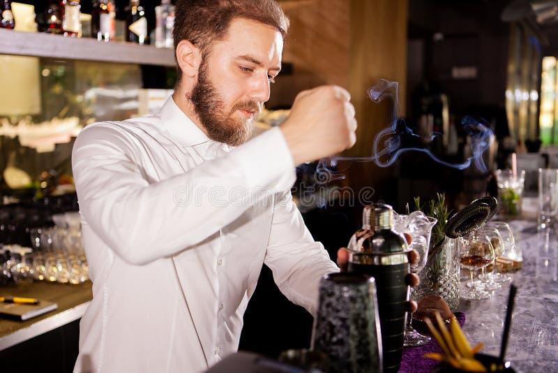 Cocktail dell'alcool sulla barra Il barista prepara un cocktail alcolico fotografia stock