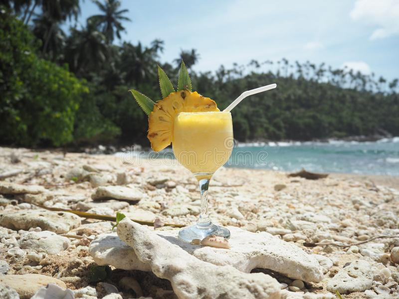 Cocktail dell'ananas in una spiaggia fotografie stock libere da diritti