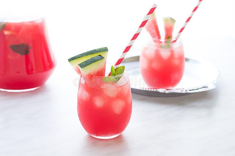 Cocktail dell'anguria con il limone e la menta Alto vicino di rinfresco della limonata fotografia stock libera da diritti
