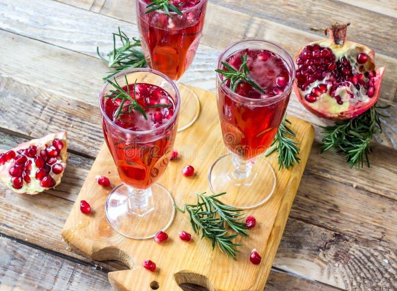Cocktail della mimosa del champagne del melograno fotografia stock libera da diritti