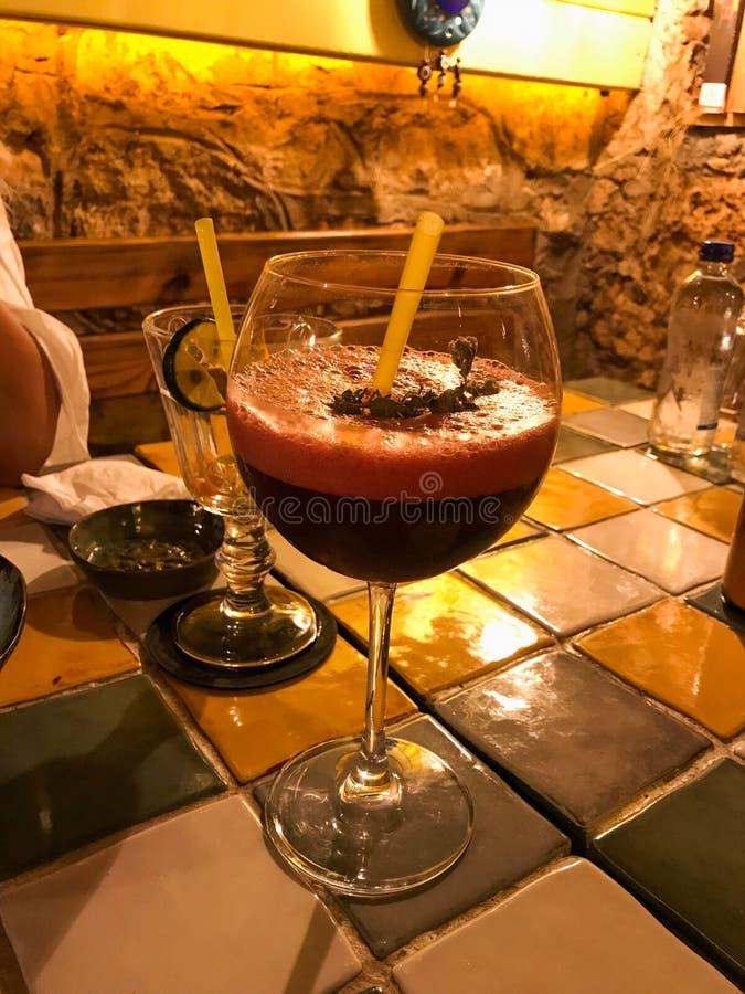 Cocktail della perforazione con schiuma e burattino al ristorante fotografia stock