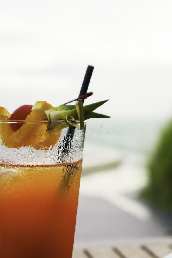 Cocktail della perforazione di frutta sulla spiaggia fotografia stock libera da diritti