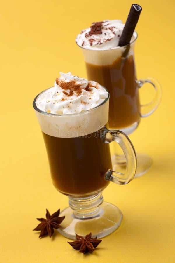 Cocktail des Kaffee-zwei - Kaffee-Wärmer lizenzfreies stockfoto