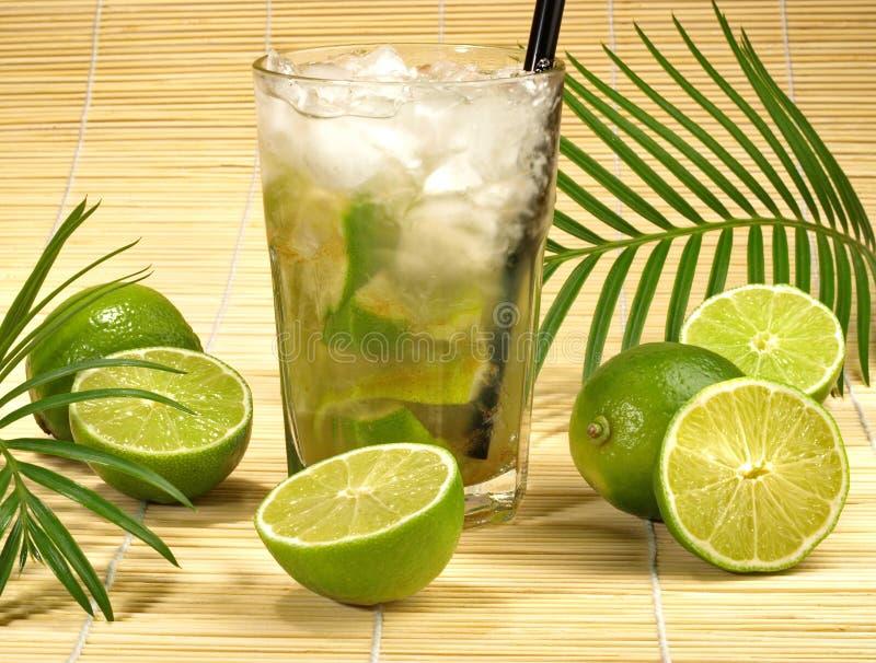 Cocktail di Caipirinha con le calce immagini stock