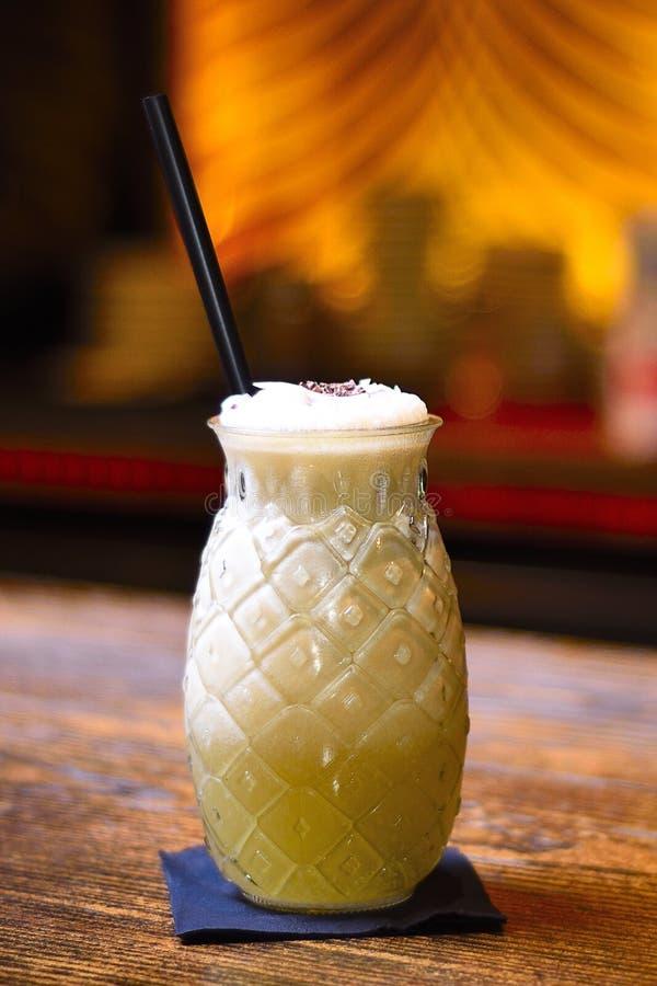 Cocktail di colada di Pina sulla barra con fondo fotografie stock libere da diritti