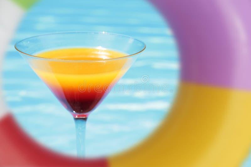 Cocktail di estate del Poolside fotografia stock libera da diritti