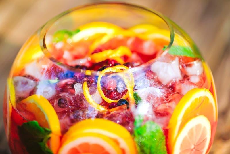 Cocktail di estate Cocktail di frutta su fondo verde Agrumi, bacche, fragole, mirtilli, menta, ghiaccio immagine stock libera da diritti