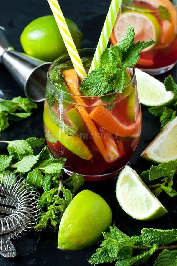 Cocktail di frutta di estate o limonata fresco in vetro fotografia stock libera da diritti