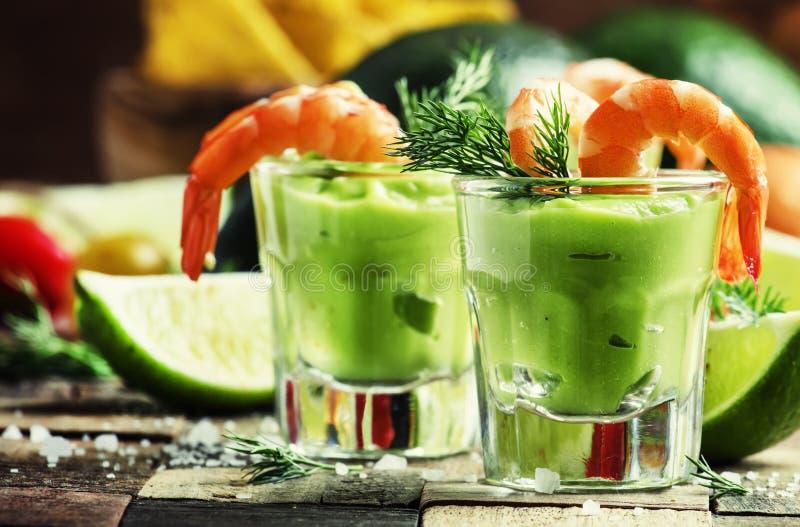 Cocktail di gamberetto con la salsa dell'avocado e la calce, parte posteriore di legno d'annata immagini stock