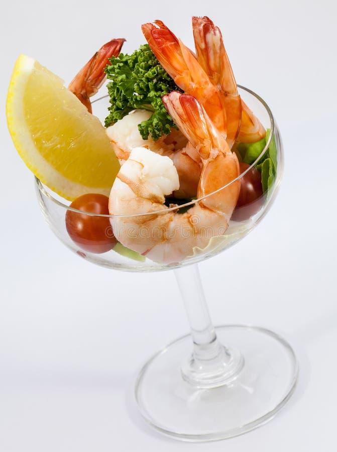 Cocktail di gamberetto isolato su un bianco fotografie stock