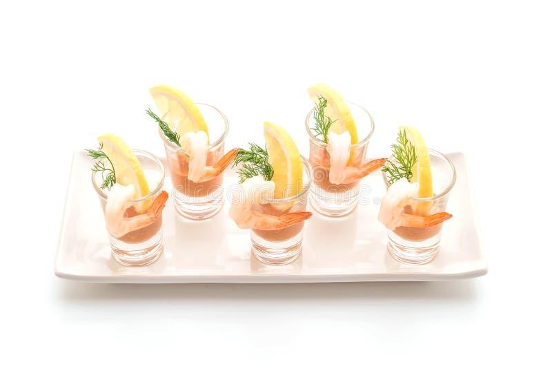 Cocktail di gamberetto su fondo bianco fotografia stock libera da diritti
