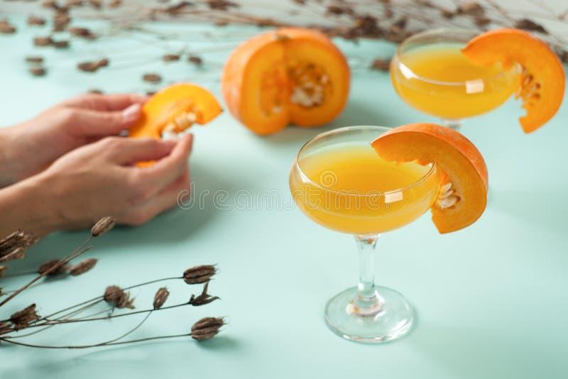 Cocktail di Halloween, aranciata della zucca con le spezie Decorazione di DFestive con i fiori e le guardie asciutti delle zucche fotografia stock libera da diritti