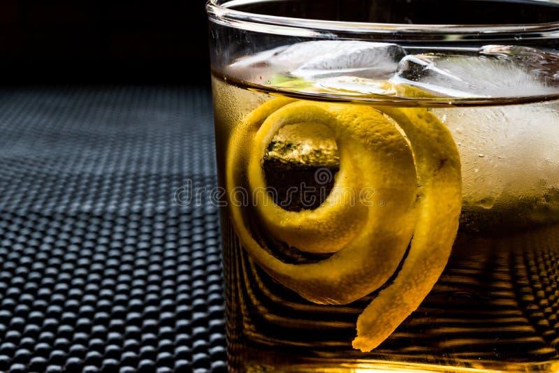 Cocktail di Highball con la buccia ed il ghiaccio di limone fotografia stock