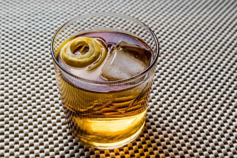 Cocktail di Highball con la buccia ed il ghiaccio di limone fotografie stock
