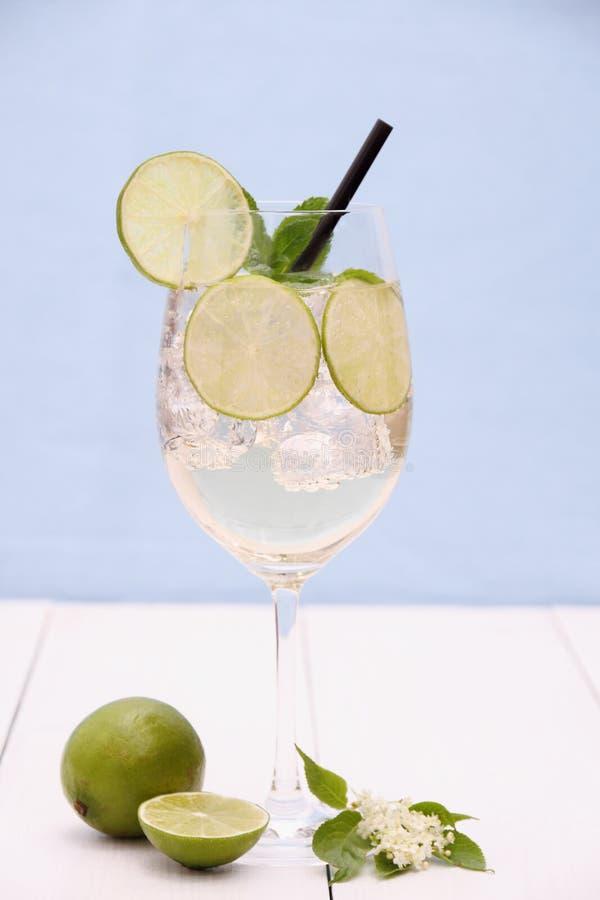 Cocktail di Hugo con calce, la menta e lo sciroppo di sambuco fotografie stock libere da diritti