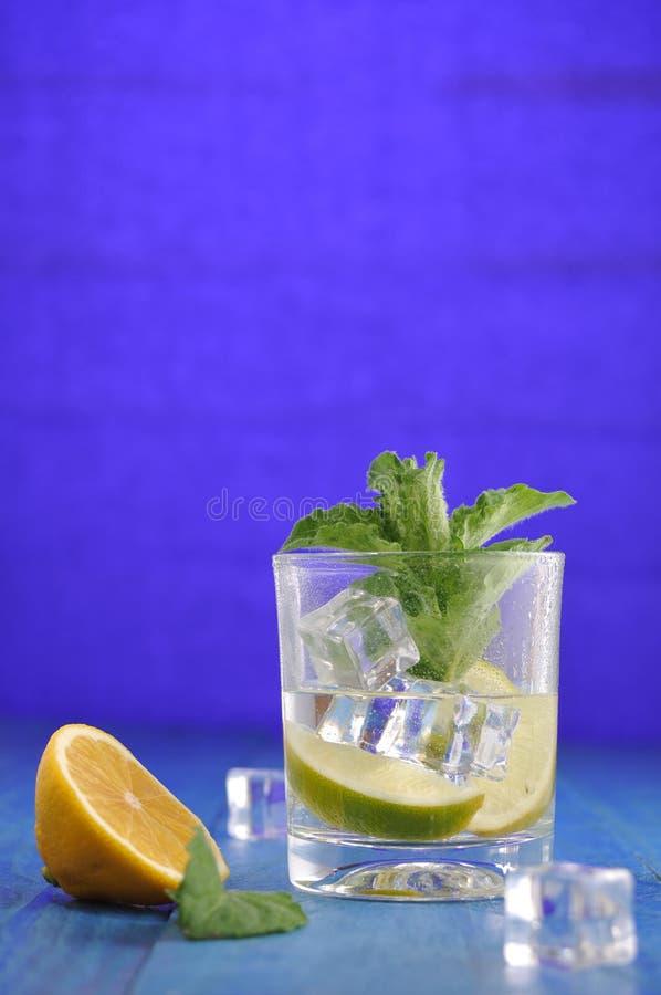 Cocktail di Mojito con calce e la menta fotografie stock