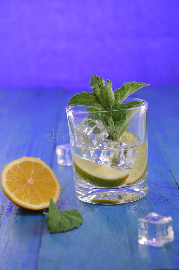 Cocktail di Mojito con calce e la menta fotografie stock libere da diritti