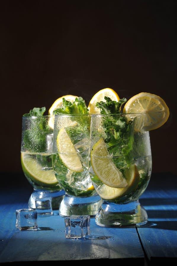 Cocktail di Mojito con calce e la menta immagini stock