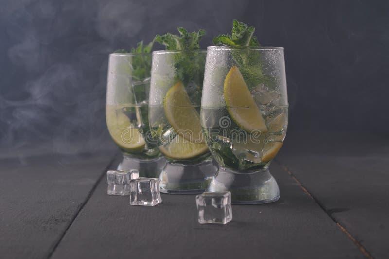 Cocktail di Mojito con calce e la menta immagine stock libera da diritti