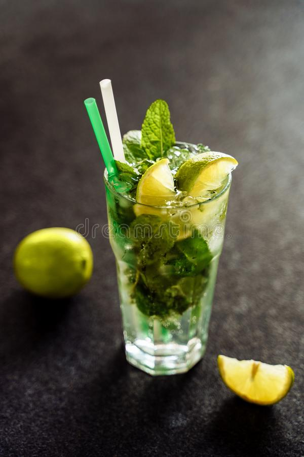 Cocktail di Mojito con la menta della calce in vetro di Highball fotografia stock libera da diritti