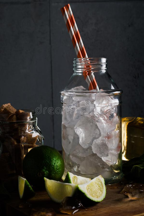 Cocktail di Mojito con la menta e lo zucchero bruno fotografia stock libera da diritti
