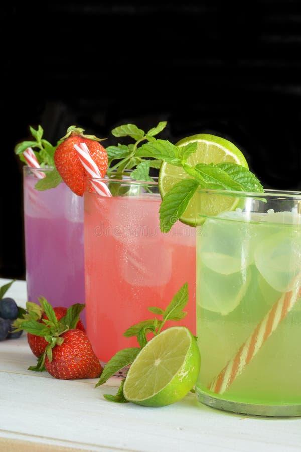 Download Cocktail Di Mojito Di Parecchi Sapori Tropicali Fotografia Stock - Immagine di fetta, verde: 56879860