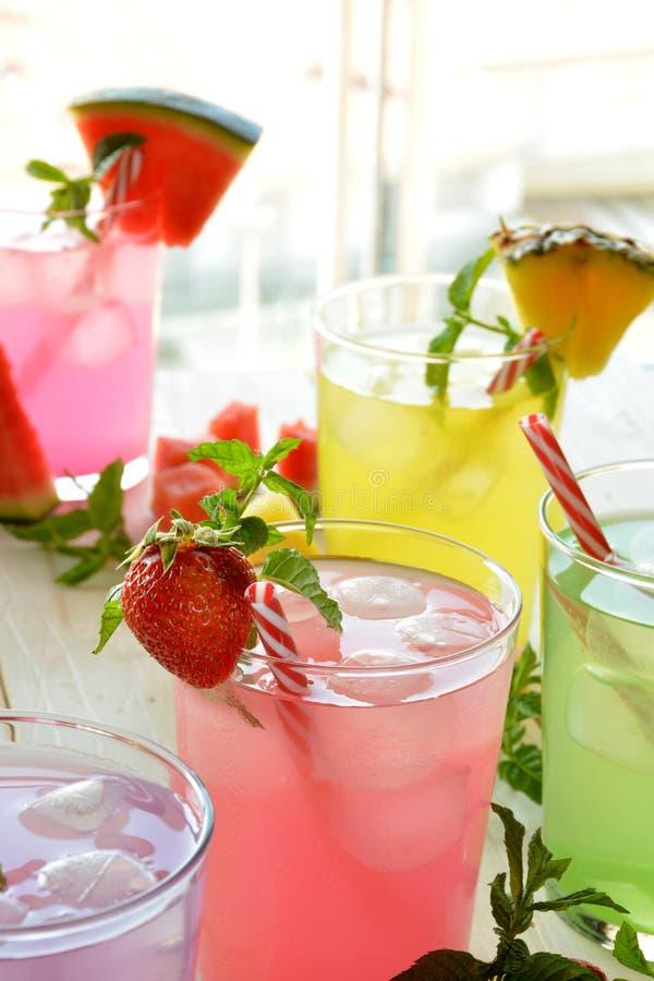 Download Cocktail Di Mojito Di Parecchi Sapori Tropicali Fotografia Stock - Immagine di fragola, fetta: 56883930