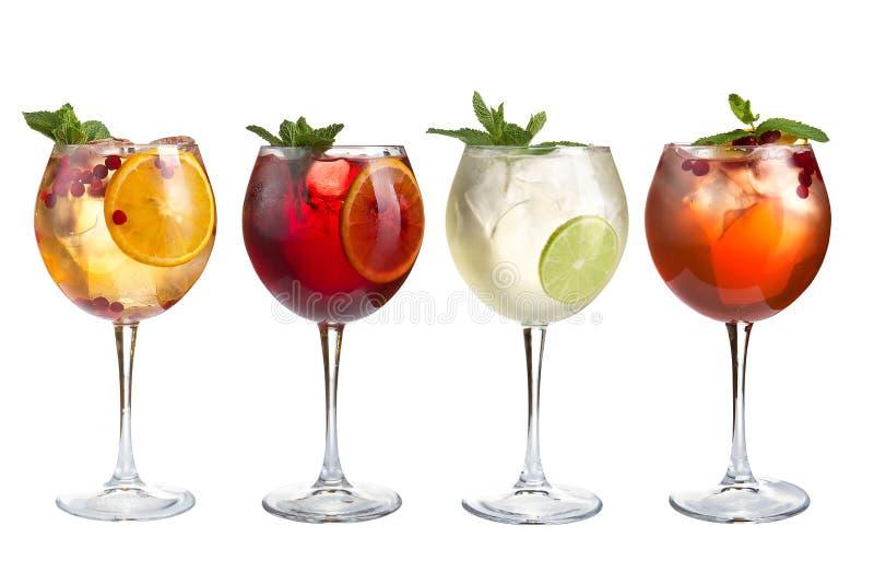 Cocktail di rinfresco dell'alcool con la menta, i frutti e le bacche su un fondo bianco Un insieme di quattro cocktail in calici  fotografie stock libere da diritti