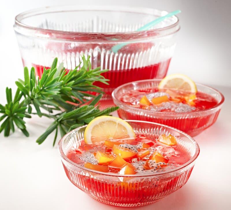 Cocktail di rinfresco dello sciroppo di fragole immagini stock