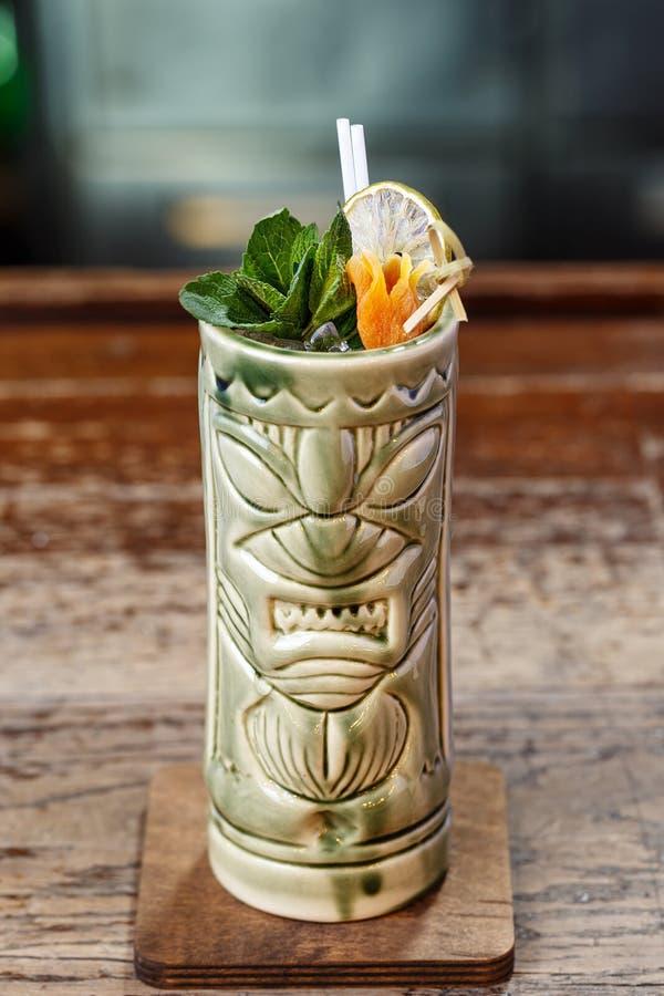 Cocktail di rinfresco di estate in un vetro di tiki immagine stock libera da diritti